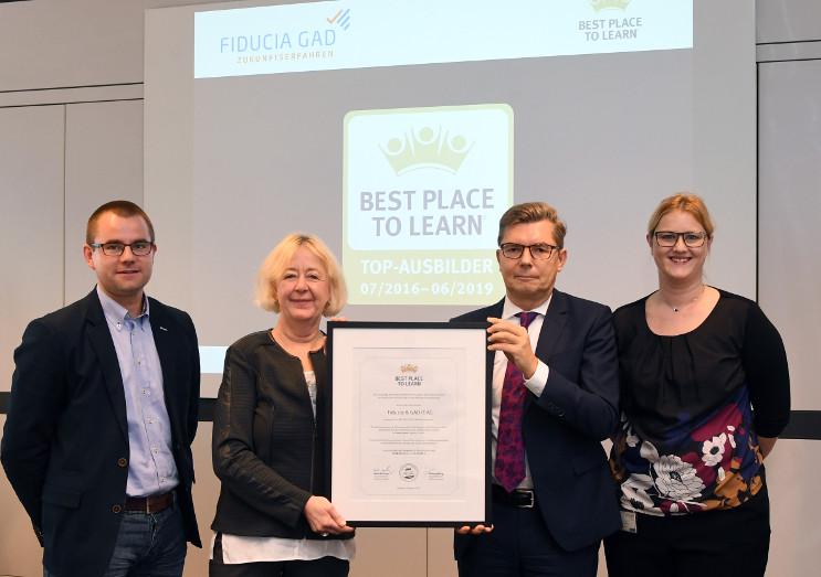 Die Vertreter von Fiducia nehmen das Zertifikat von Dorothea Piening von AUBI-plus (2.v.l.) entgegen (Bild: ©Fiducia & GAD IT AG)